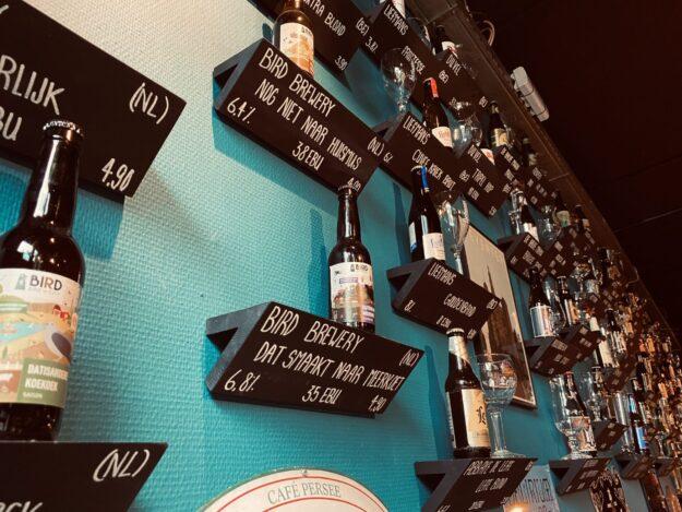 Cafe Persee Deventer Bieren aan blauwe muur